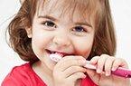 Ensine seu filho a escovar os dentes brincando